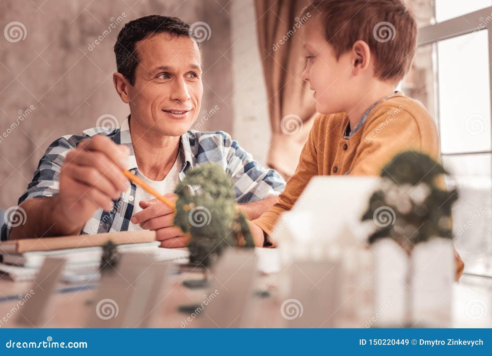 Z w?osami adoptowany syn pyta jego ojcowa? o drzewach
