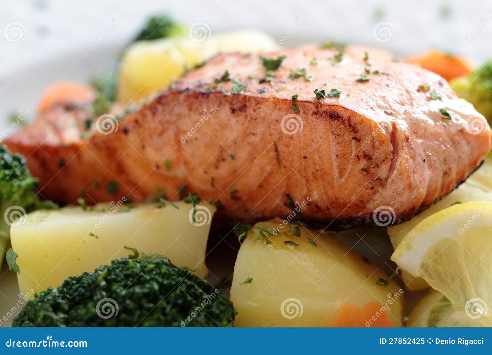 Z warzywami piec łosoś