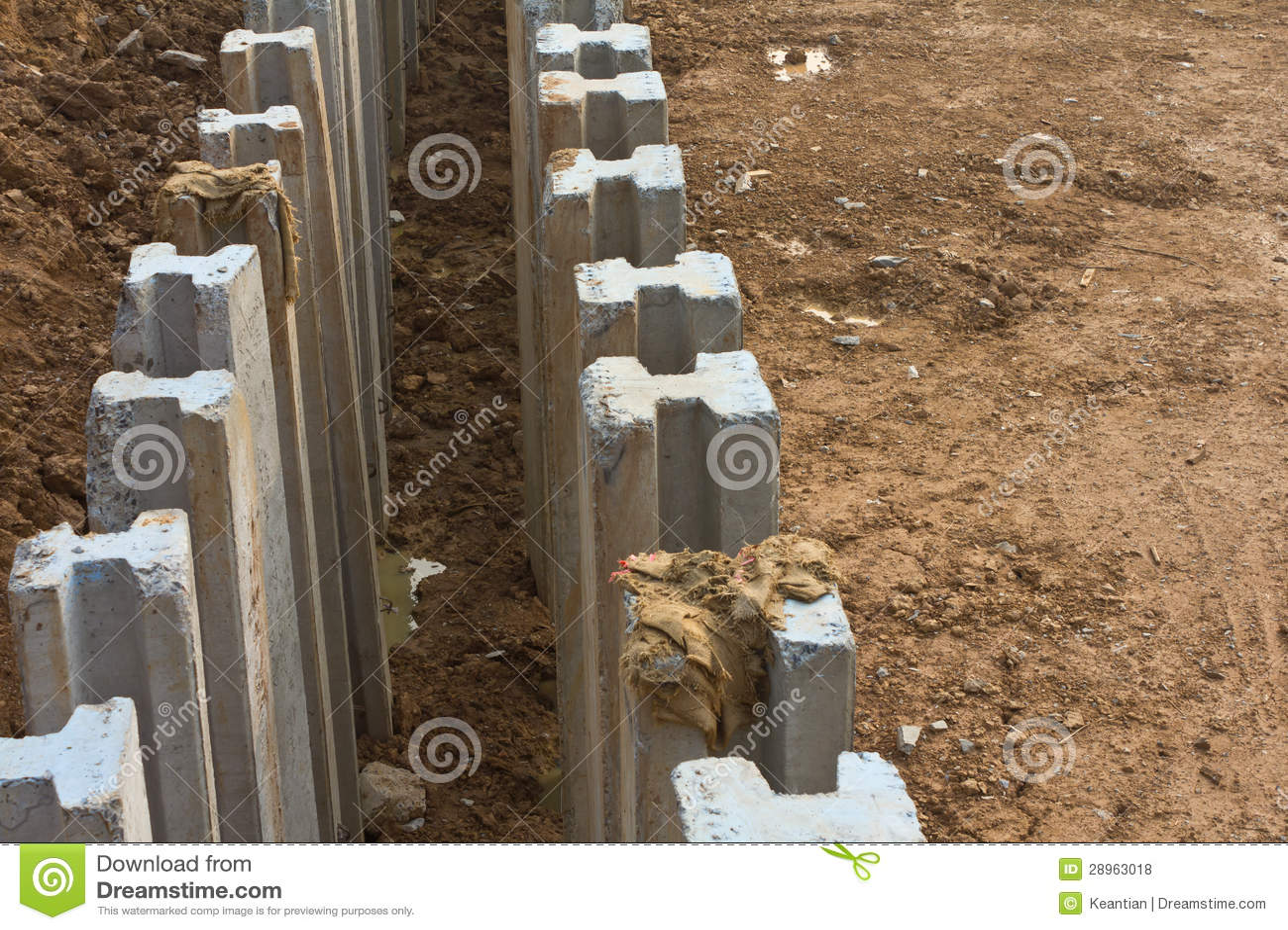 Z wierzchu ampuły zakopujący beton.
