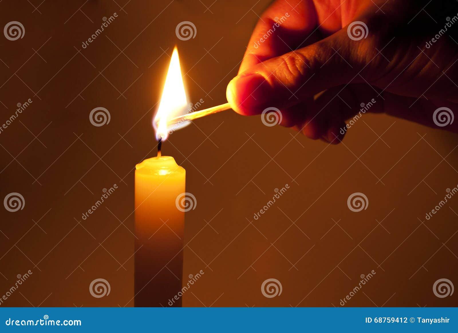 Zaświeca świeczkę