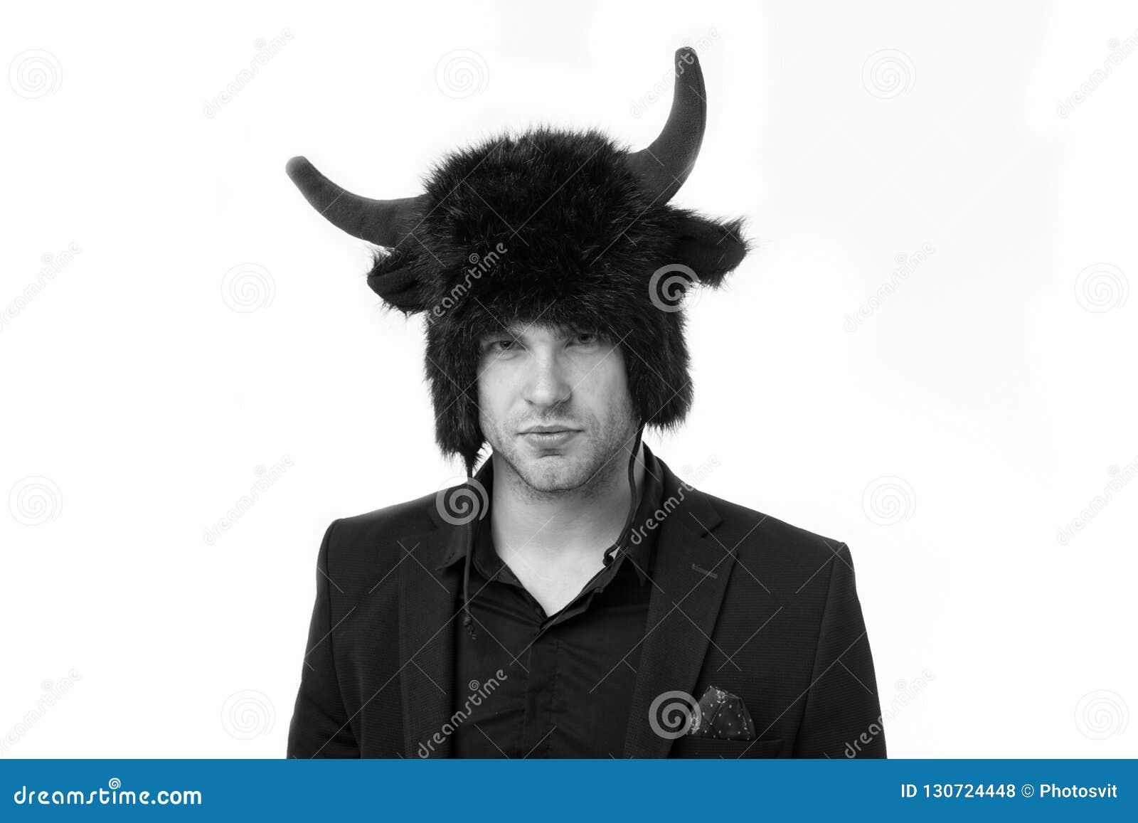 Zażartego charakteru Mężczyzna surowa twarz jest ubranym kapelusz diabeł lub byk z rogami Faceta czarny klasyczny kostium silny