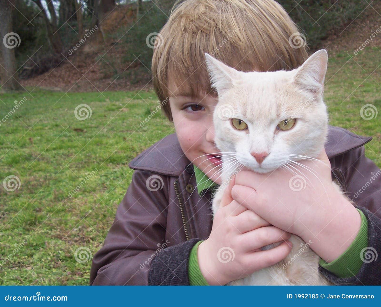 Za chłopca portret kota