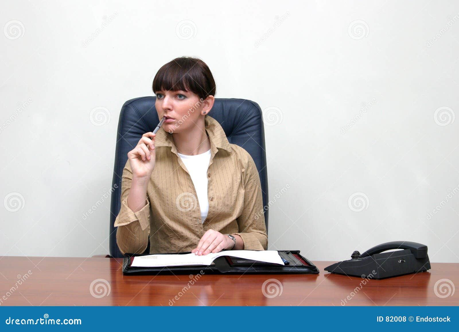 Za interes biurka biura rozwiązuje siedzącą problemową kobietą.