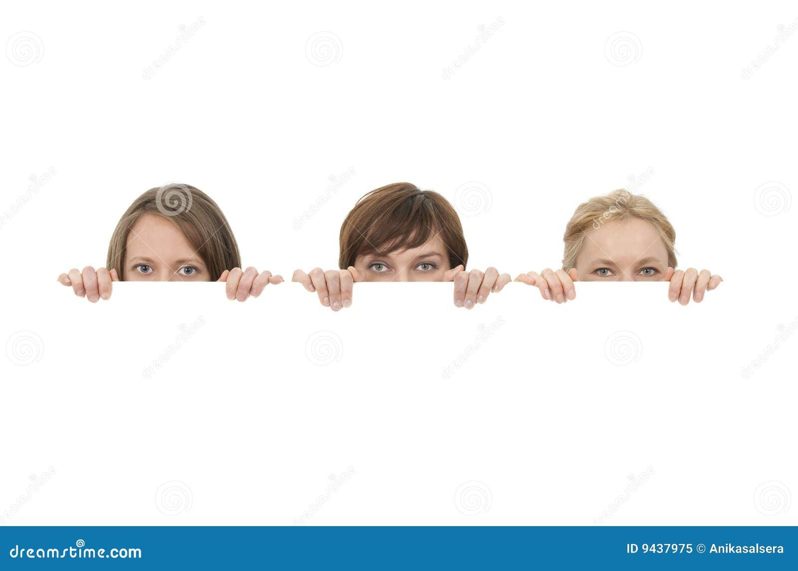Za młodymi puste miejsce kobietami reklama sztandar trzy