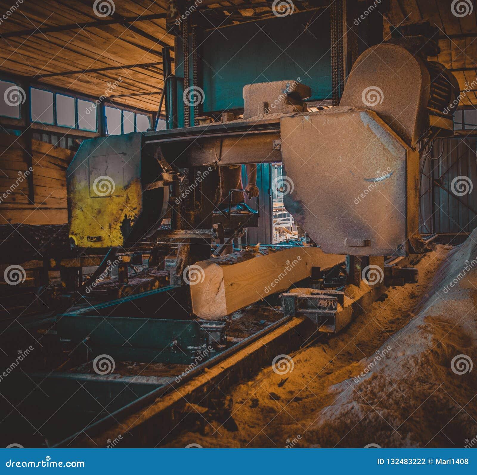Zaagmolen Het proces om machinaal te bewerken opent de zagen van de zaagmolenmachine het programma t