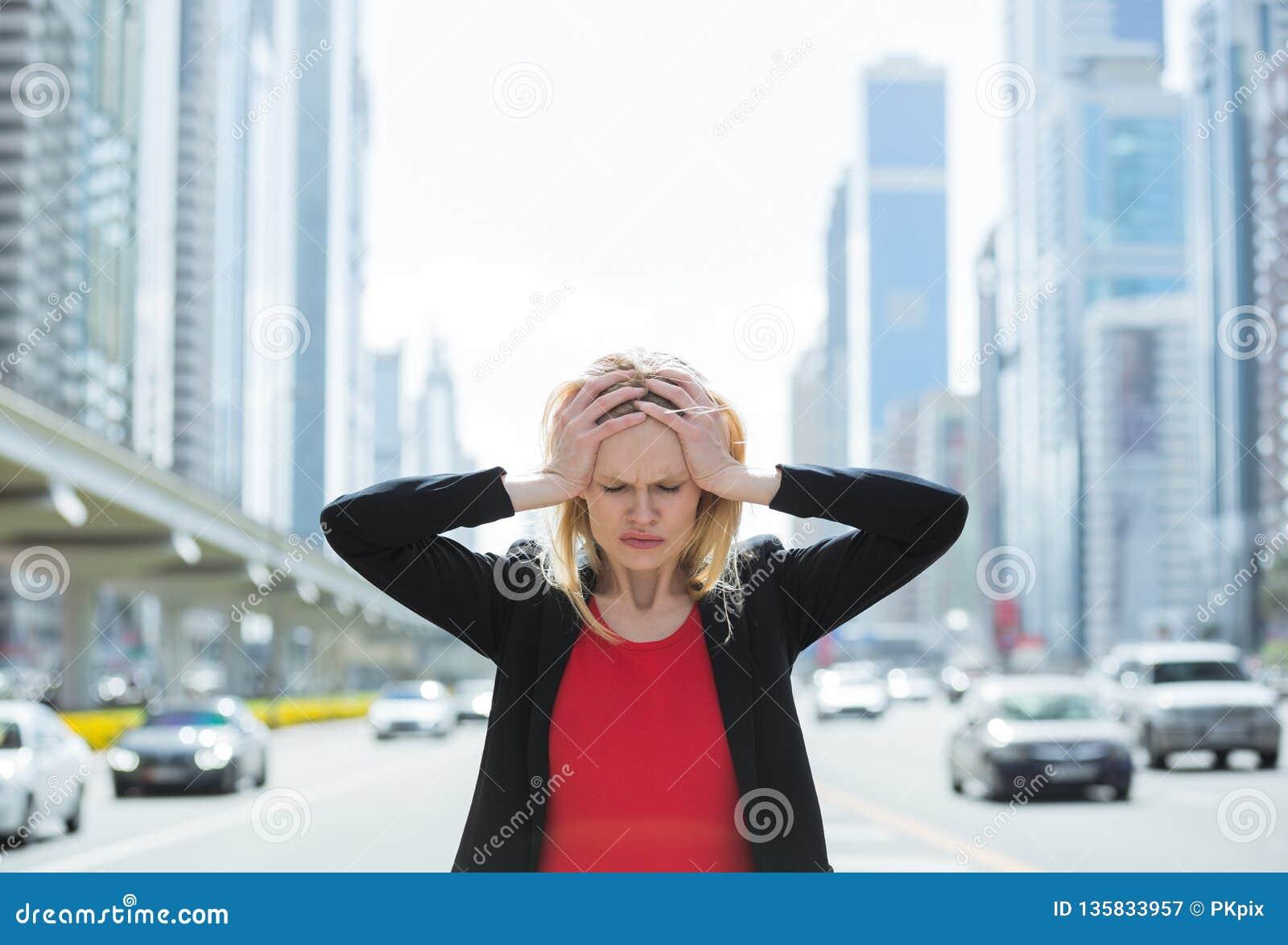 Zaakcentowana biznesowa kobieta w ruchliwie mieście