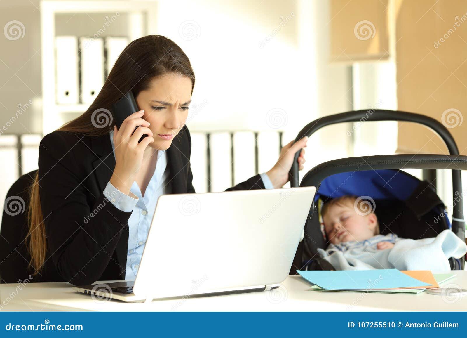 Zaakcentowana macierzysta pracująca bierze opieka jej dziecko przy biurem