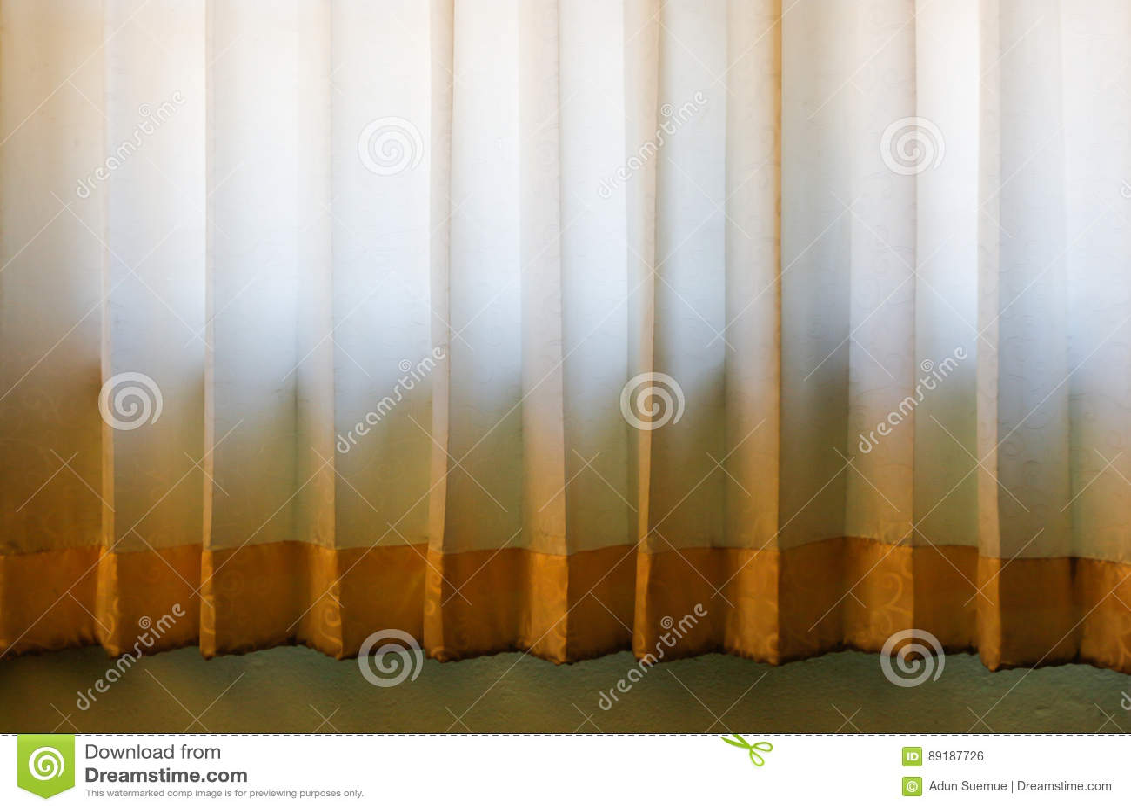 Zaal Het Venster Met Kleurrijke Gestreepte Gordijnen, Sluit Omhoog ...