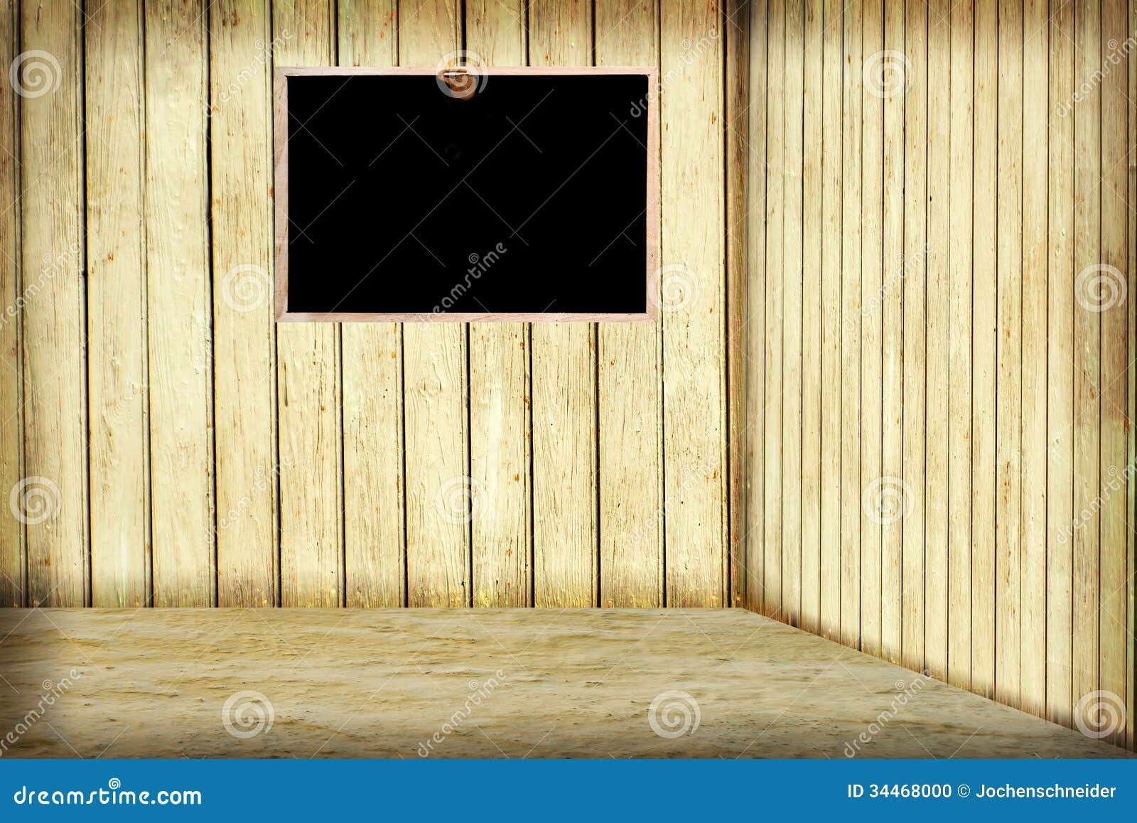 Zaal met houten muur en bord op de muur.