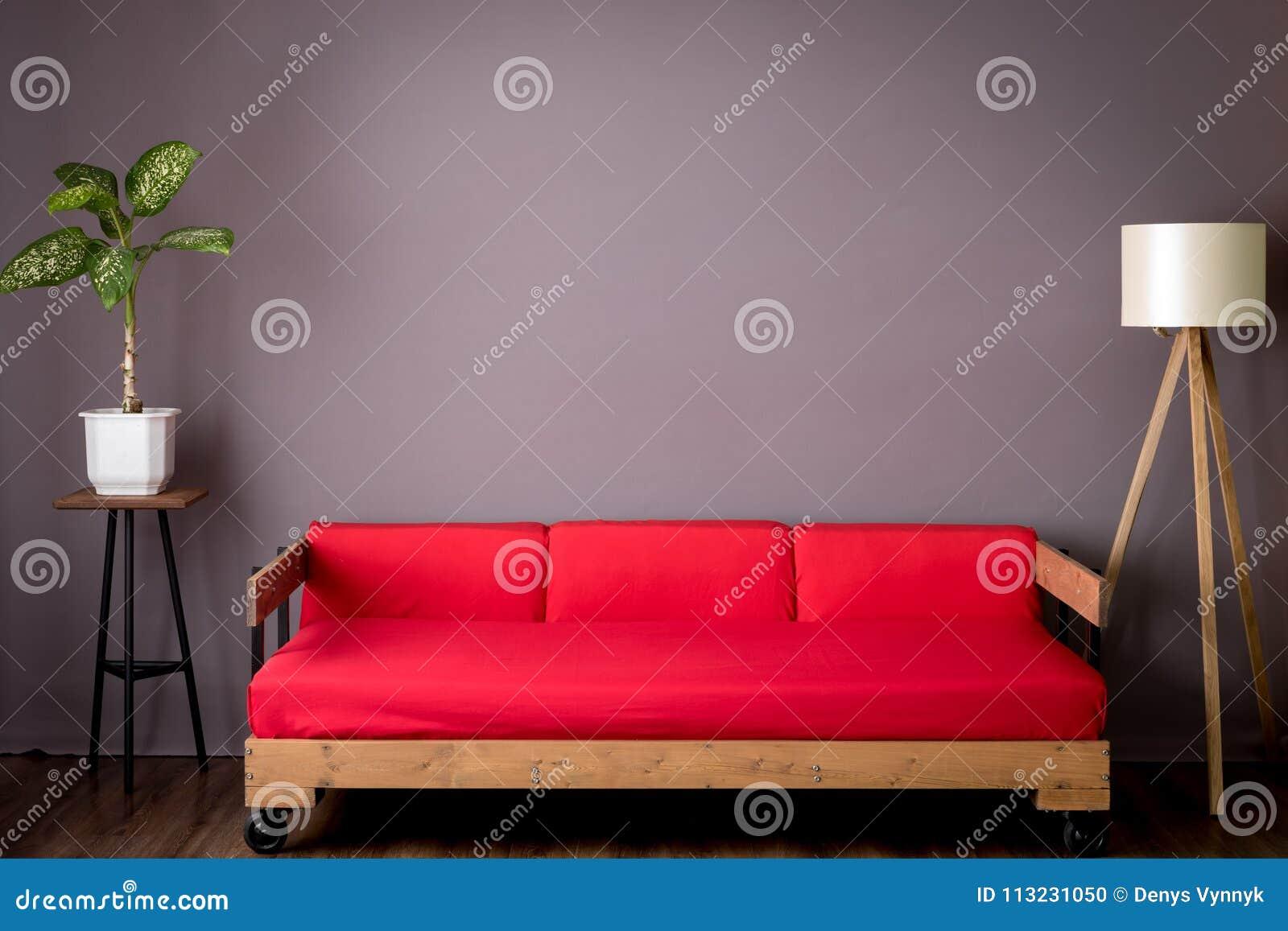 Zaal rode bank en lamp loft