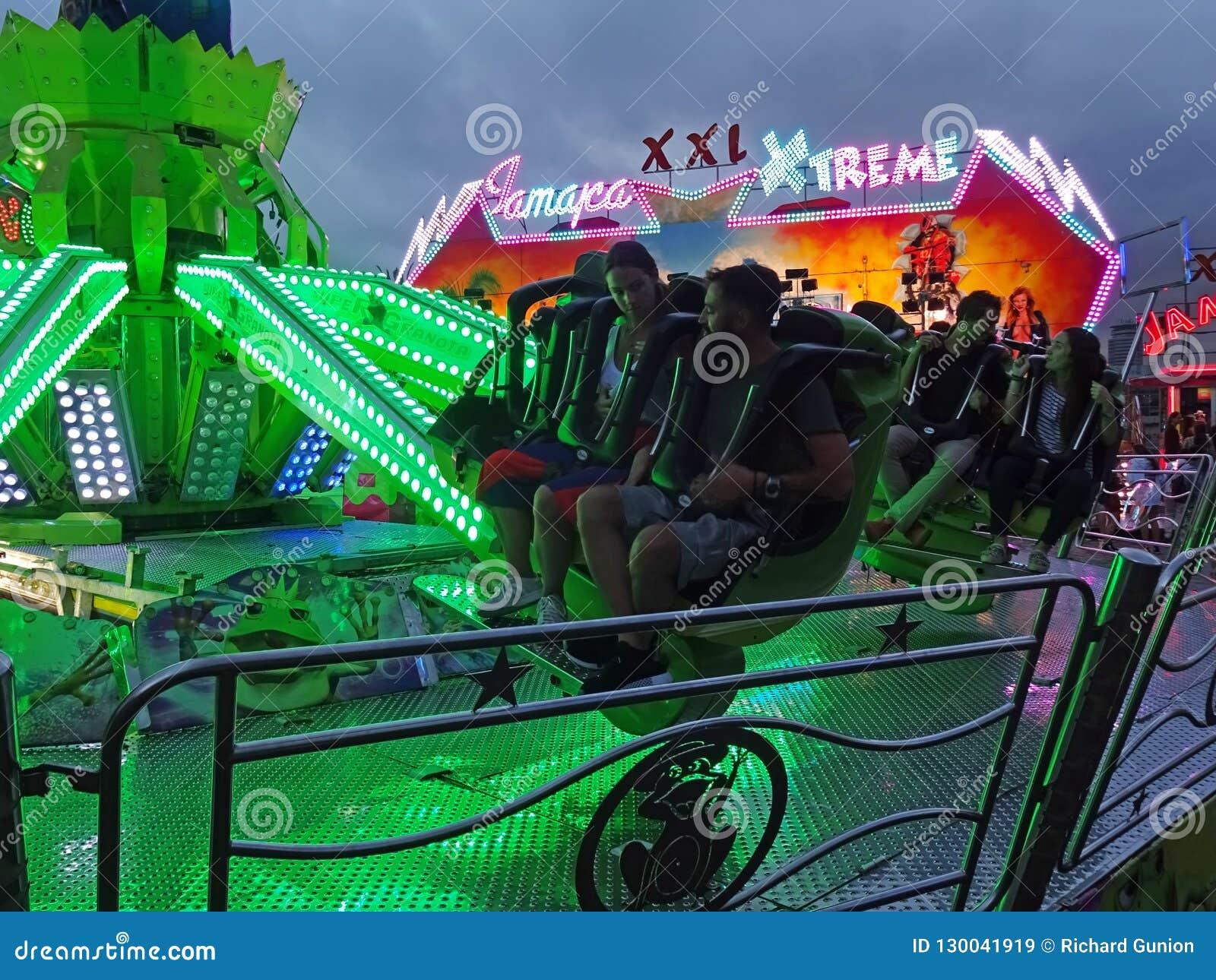 Zabawa parka rozrywkiego przejażdżki w Barcelona Hiszpania