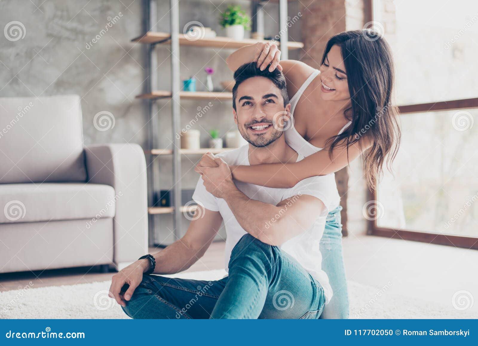 Zabawa Wpólnie Szczęśliwa piękna zamężna latynoska oliwkowa para jest c