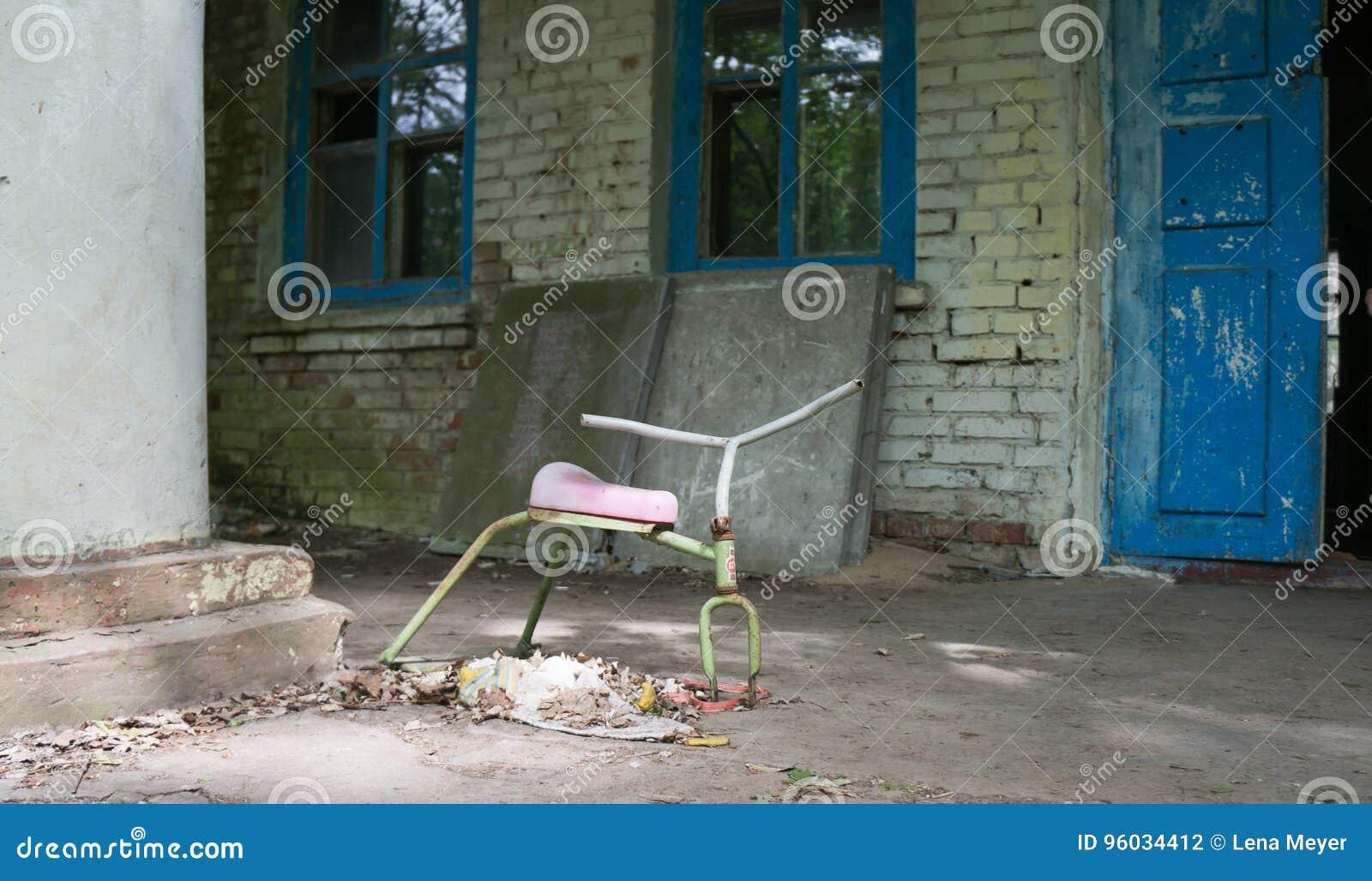 Zabawka przed zaniechanym dziecinem w Chernobyl
