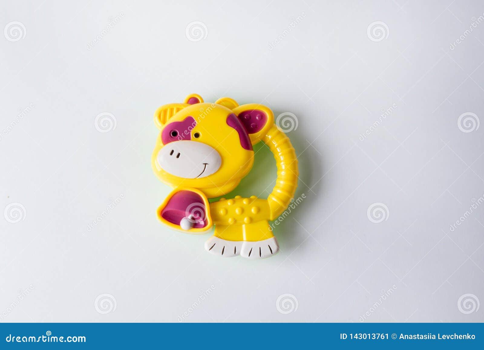 Zabawkarska żółta krowa odizolowywająca na białym tle zabawki dla dzieci i nowonarodzony