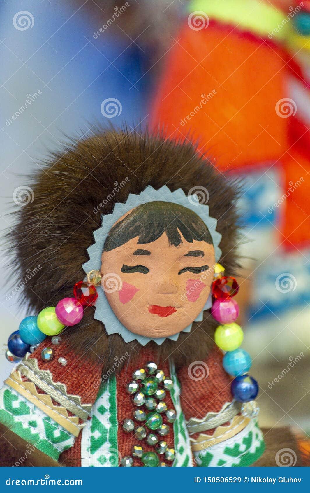 Zabawkarska pamiątka Khanty dziewczyna na miasto dnia świętowaniu,