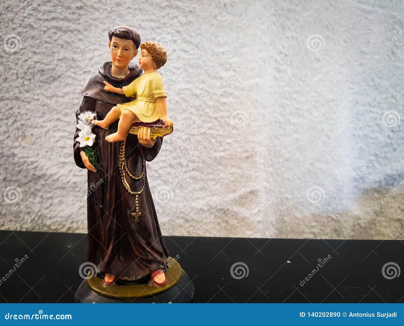 Zabawkarska postać trzyma chłopiec dziecka świątobliwy Anthony