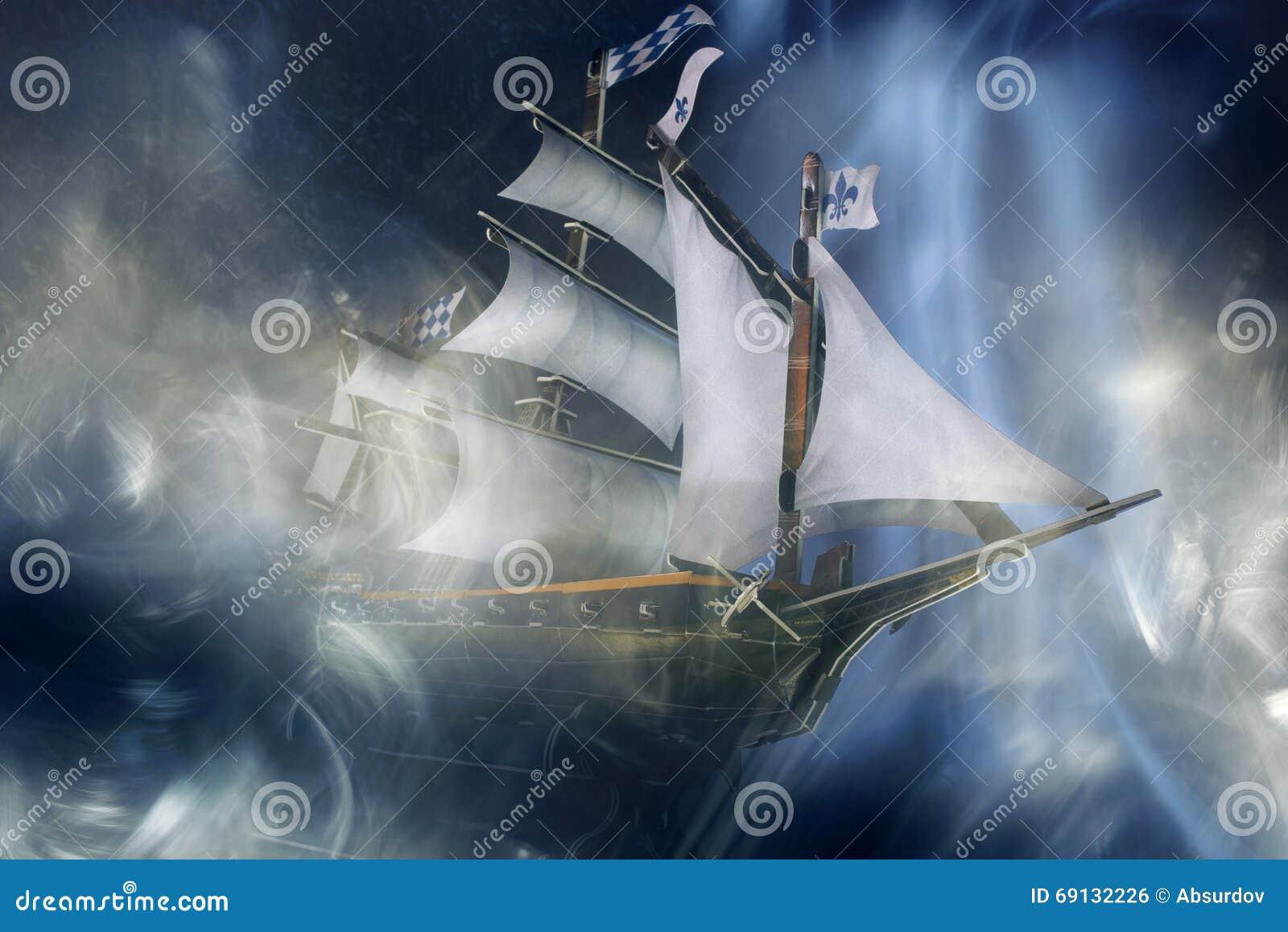 Zabawkarski ducha statek przy nocą w mgle