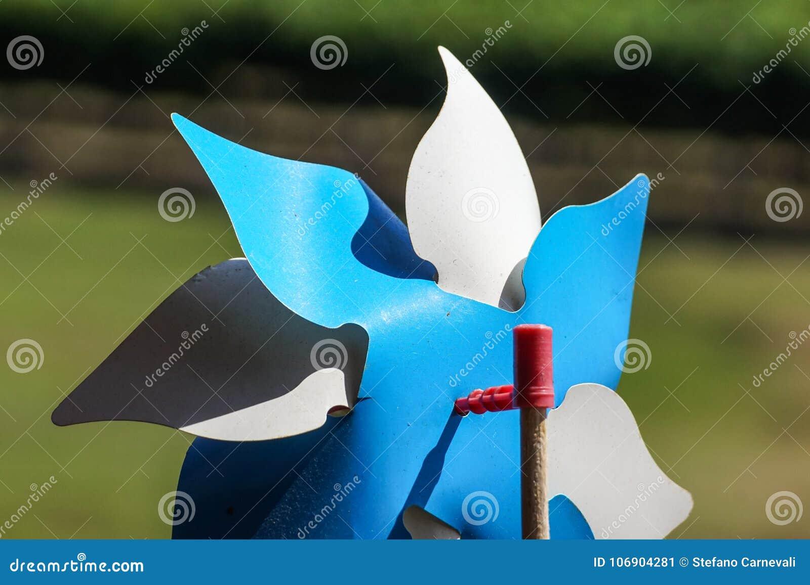 Zabawkarski pinwheel w wietrznej pogodzie