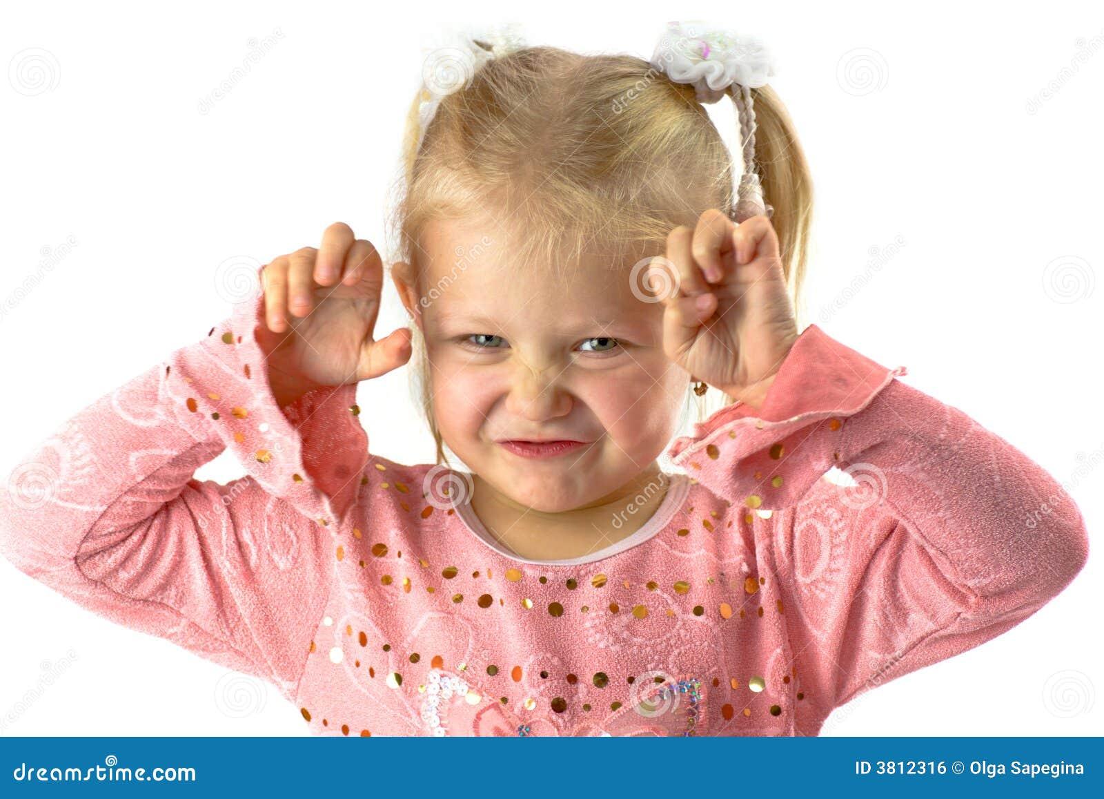 Zabawna dziewczyna przerażającą twarz