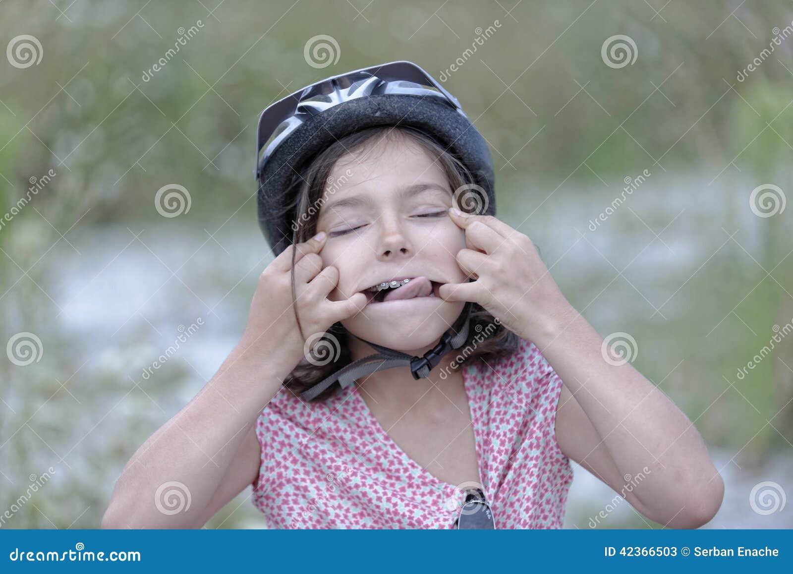 Zabawne twarzy dziewczyny pullings
