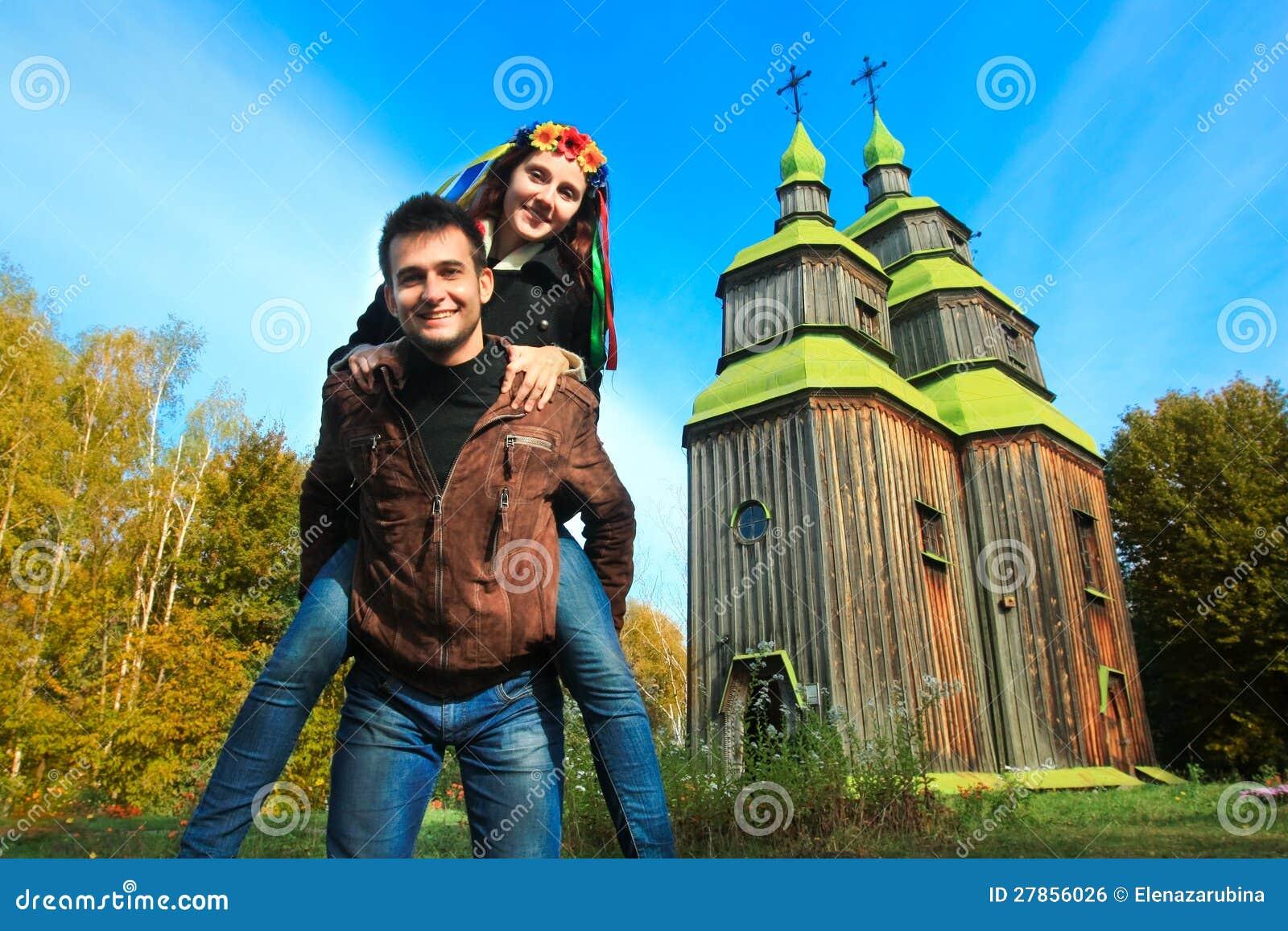 Zabawy para i typowy Ukraiński kościół