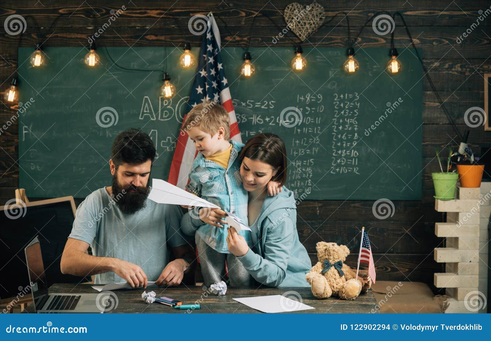 Zabawy pojęcie Rodzina zabawę w klasie Małe dziecko i rodzice cieszymy się falcowanie papieru samoloty Uczyć się przez zabawy mów