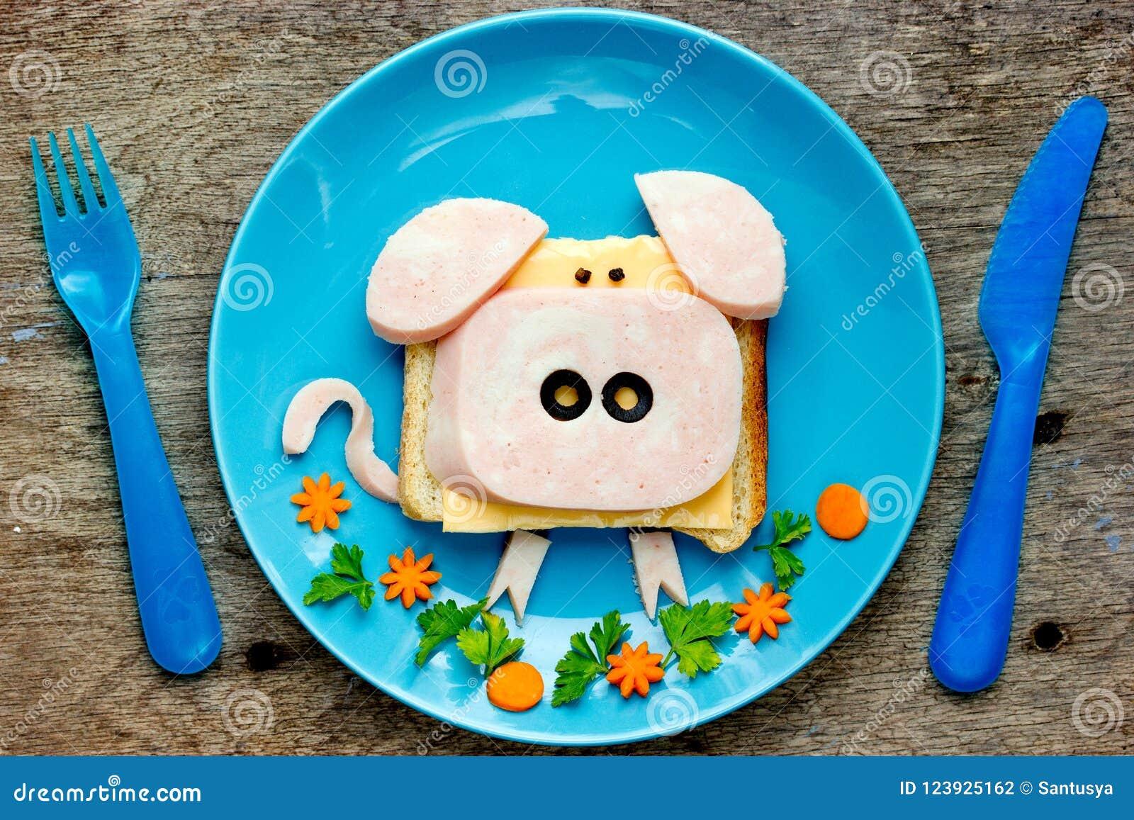 Zabawy sztuki karmowy pomysł dla dzieciaka śniadania - śmieszna świniowata kanapka