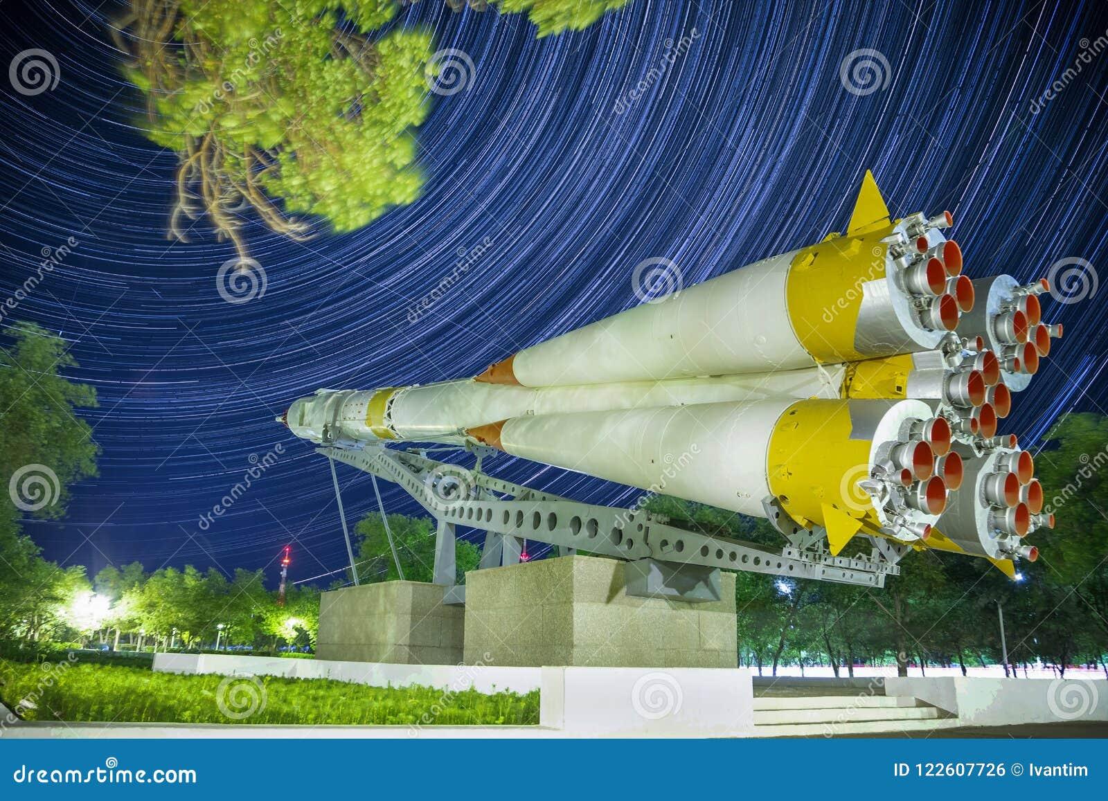 Zabytek Soyuz rakieta Startrails tło