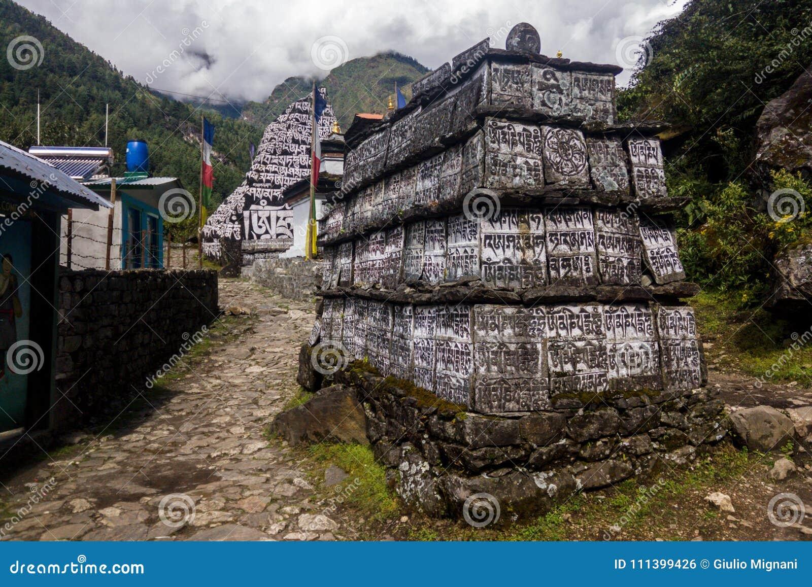 Zabytki z inskrypcjami na Everest Podstawowego obozu wędrówce, Nepal
