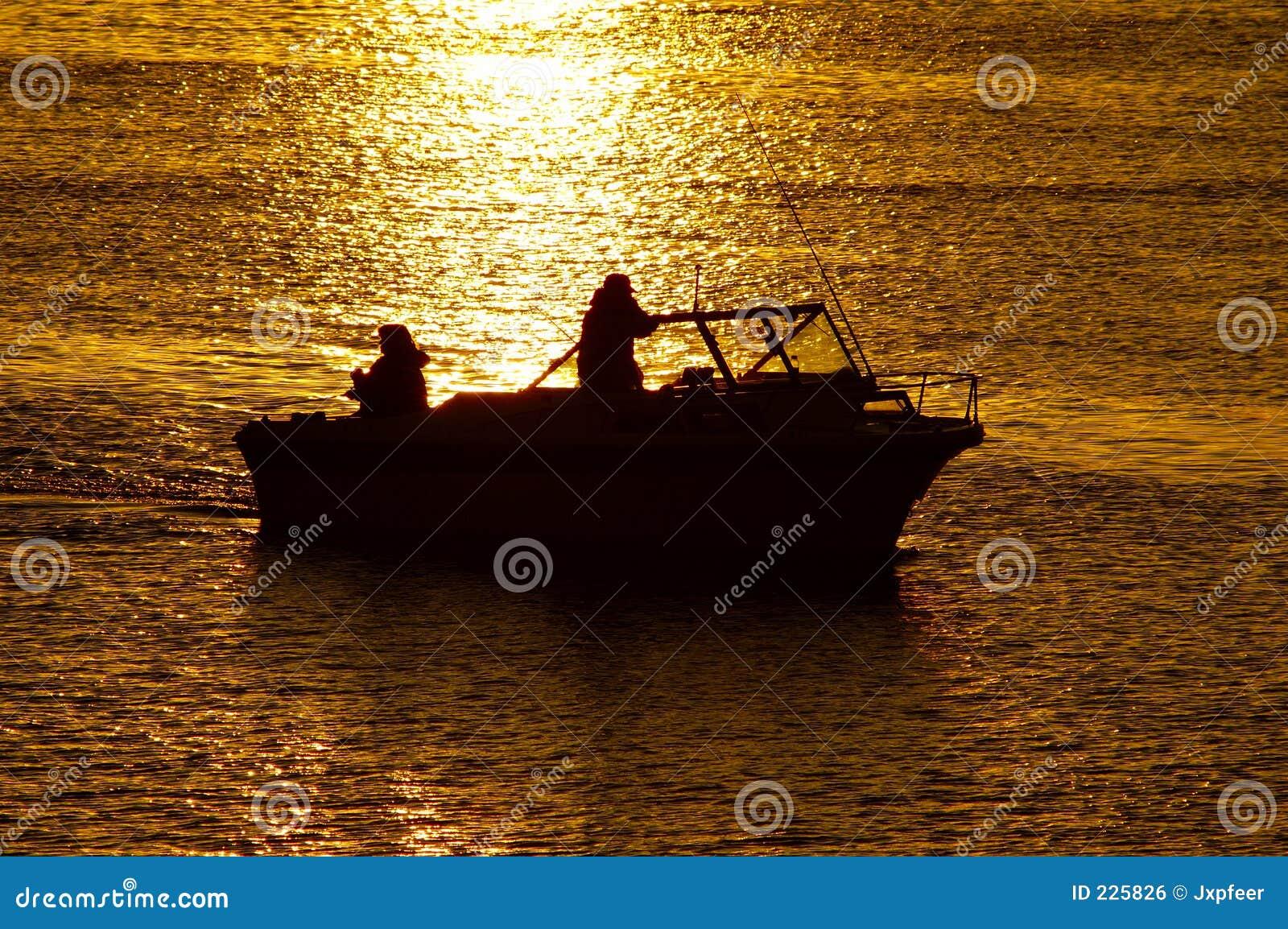 Zachód słońca na łodzi