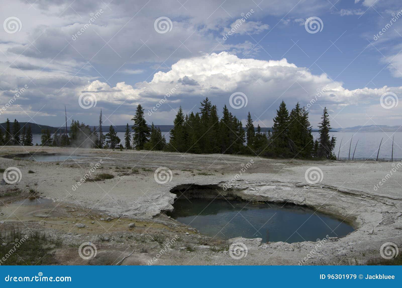 Zachodni kciuka gejzeru basen Yellowstone i Zachodni kciuka jezioro