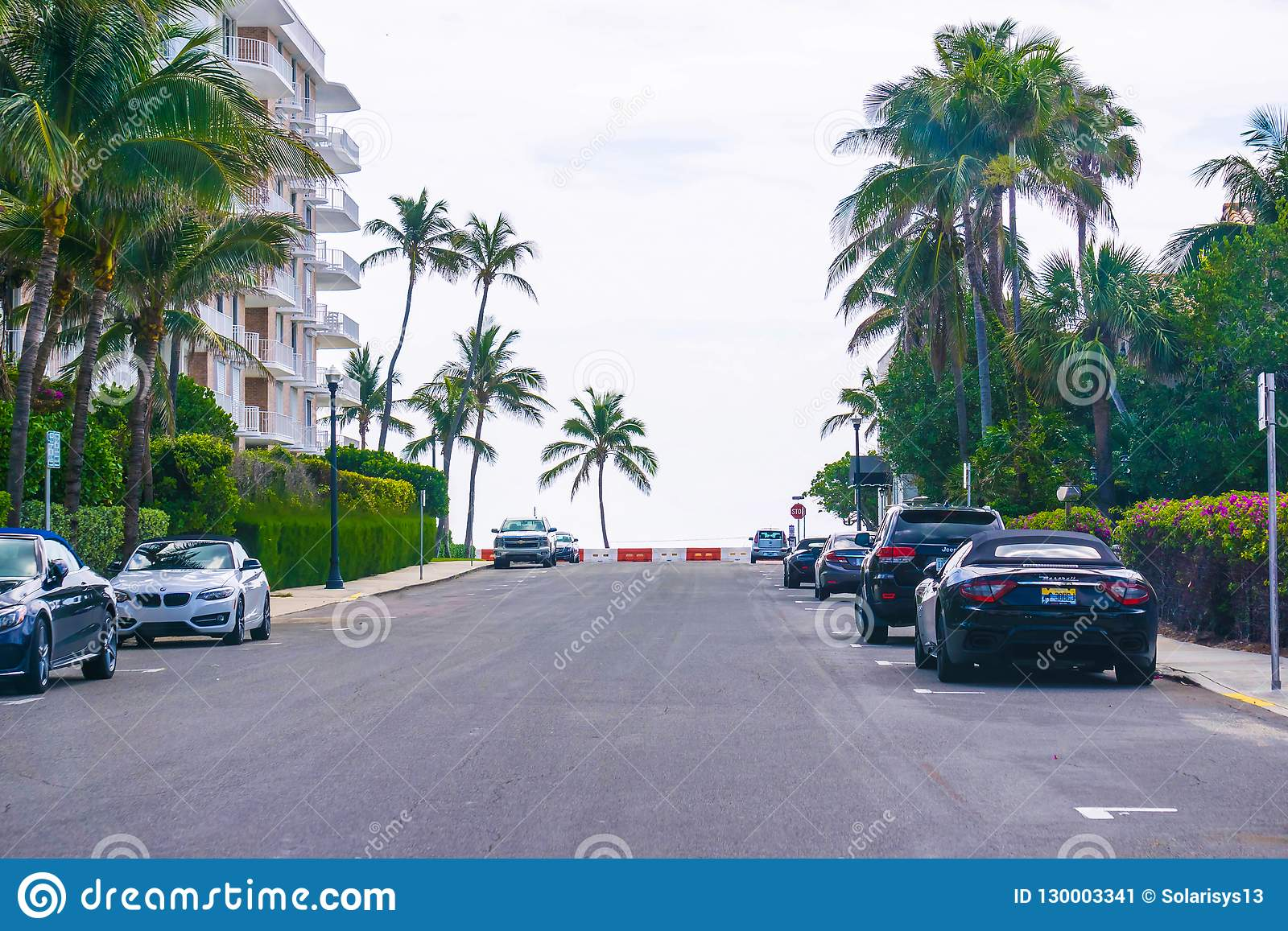 ZACHODNI palm beach, Floryda -7 2018 Maj: Droga z samochodami przy palm beach, Floryda, Stany Zjednoczone