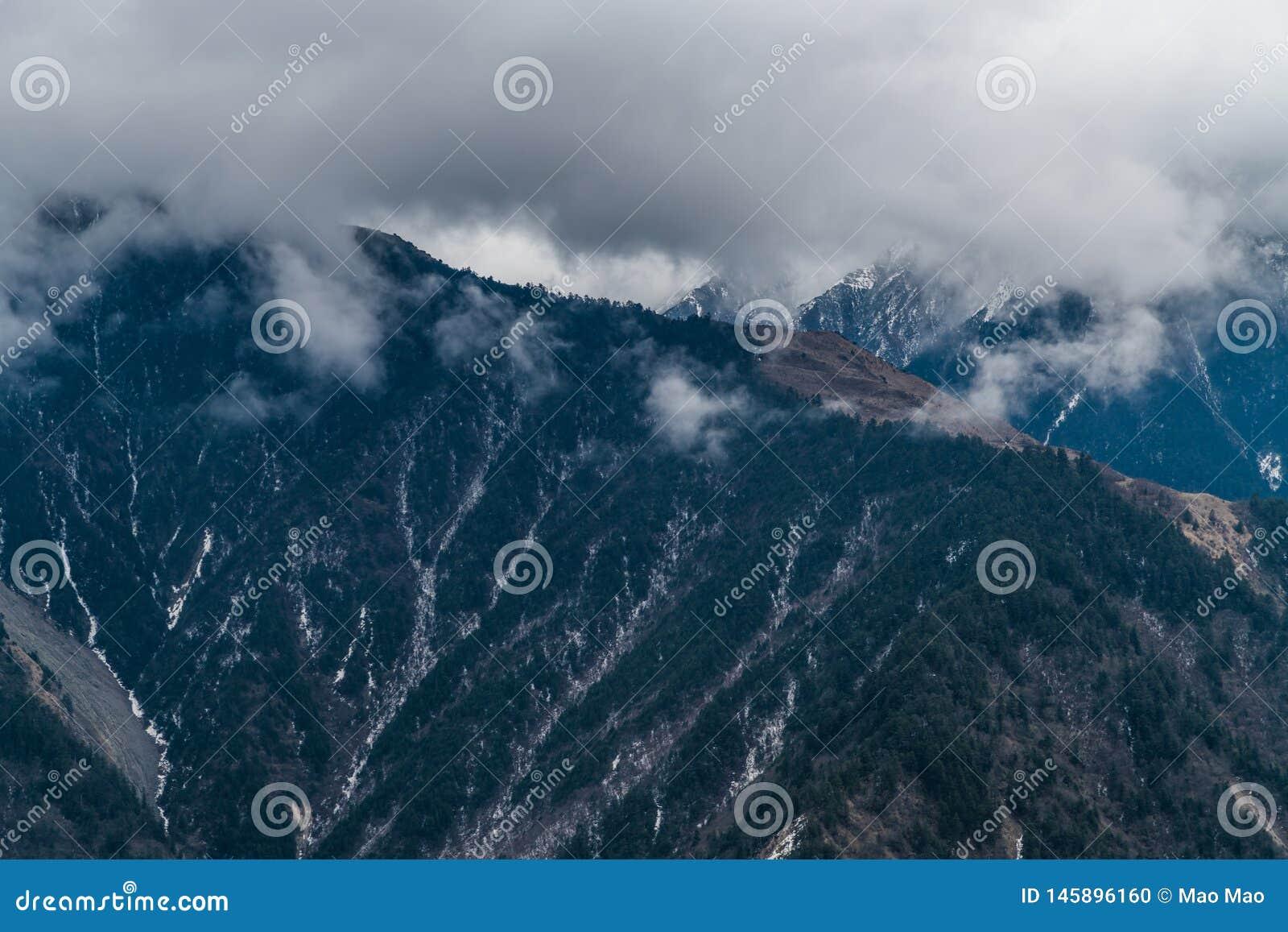 Zachodni Sichuan, Chiny, ?nie?ni g?ry chmury spadki