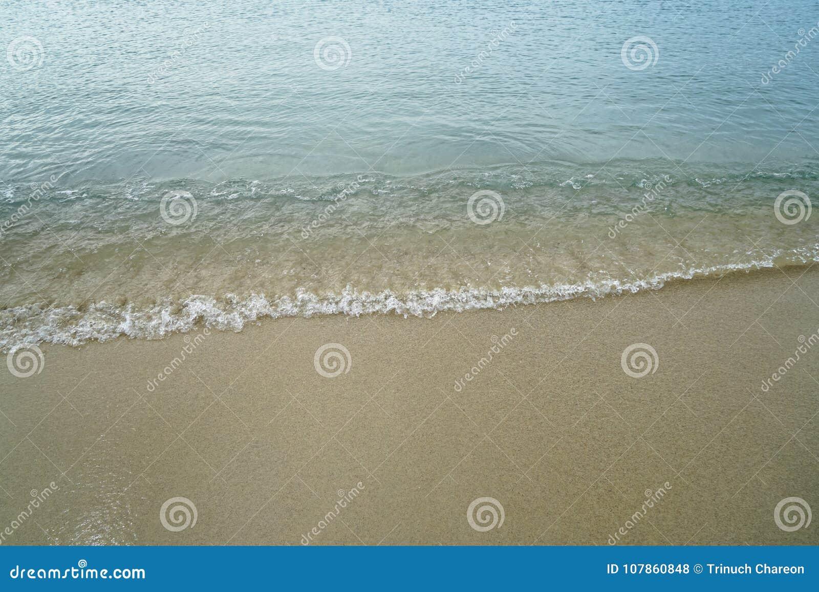 Zacht pastelkleur schoon zandig strand met vers zeewater en de witte schuimende achtergrond van de golflijn en copyspace op Ornos