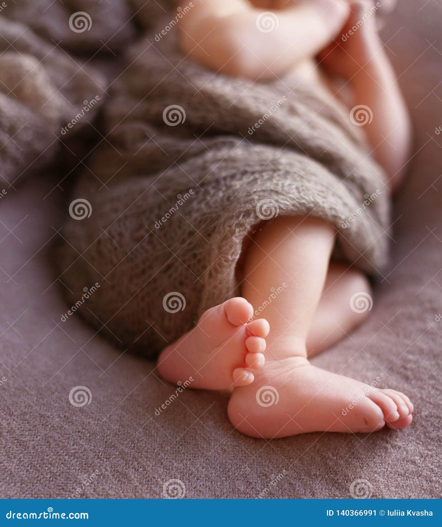 Zachte babyvoeten Verzacht vage achtergrond van de voeten en de hielen van pasgeboren