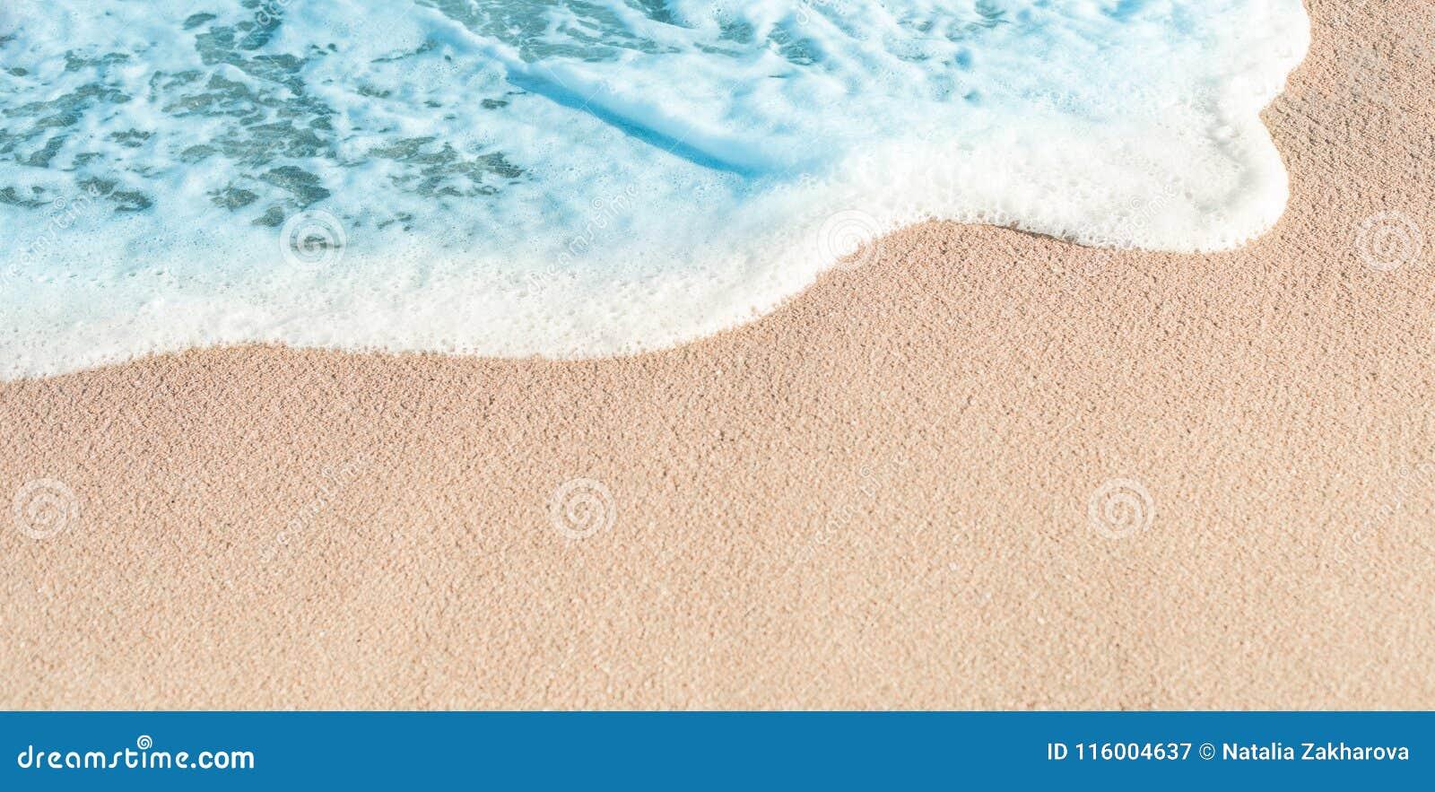 Zachte Golf van Blauwe oceaan in de zomer Sandy Sea Beach Background w