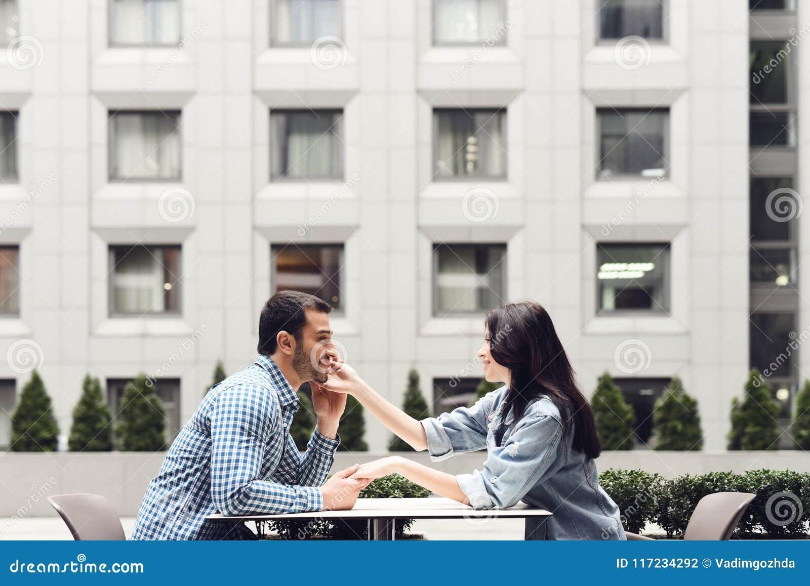 Zachte nadruk Romantische paarzitting in koffie