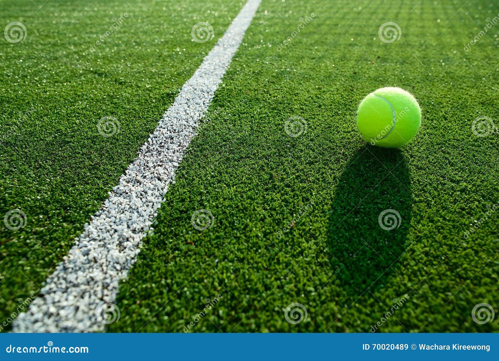 Zachte nadruk van tennisbal op het hofgoed van het tennisgras voor backgro