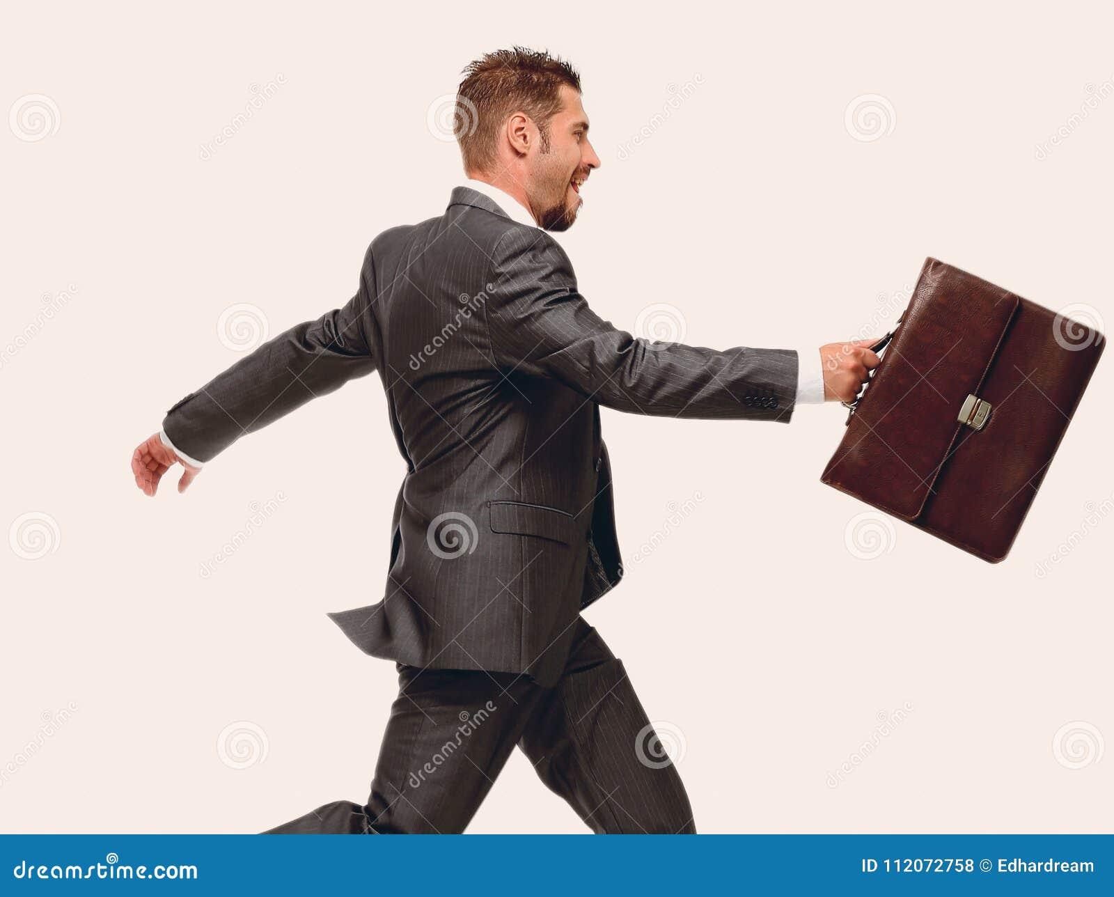Zachte nadruk vrolijke zakenman die met aktentas vooruit stappen