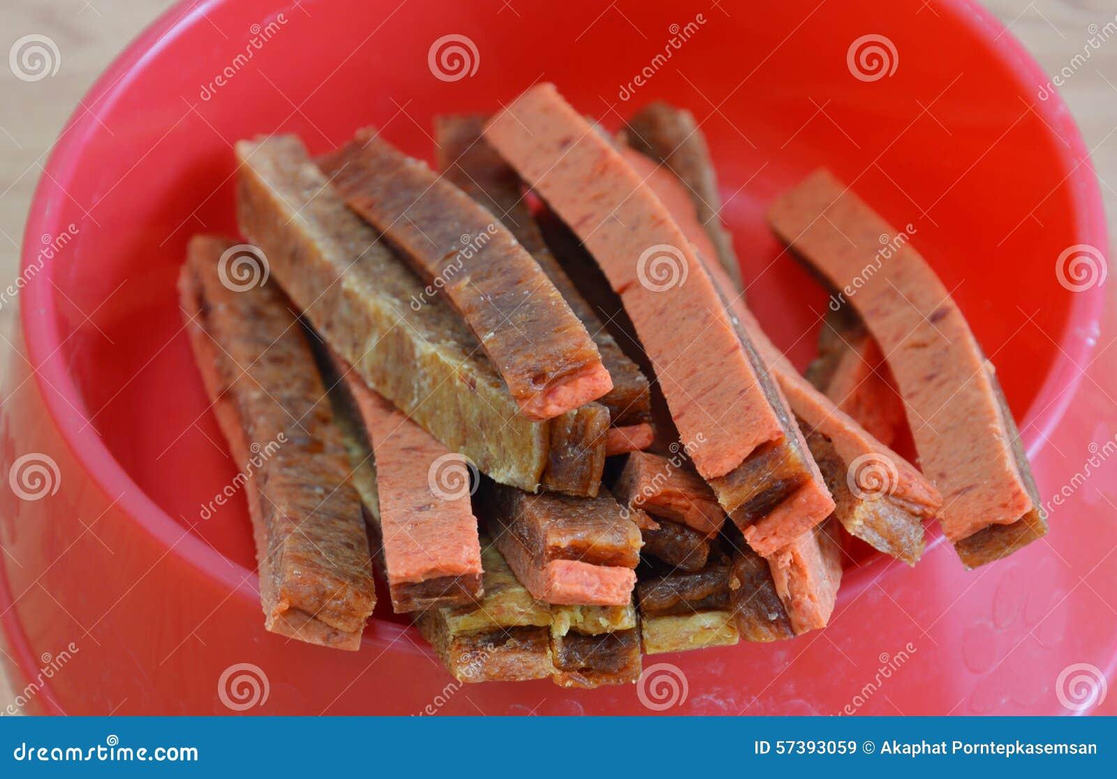 Zachte schokkerig van de voedsel voor huisdierenkip op rode kom