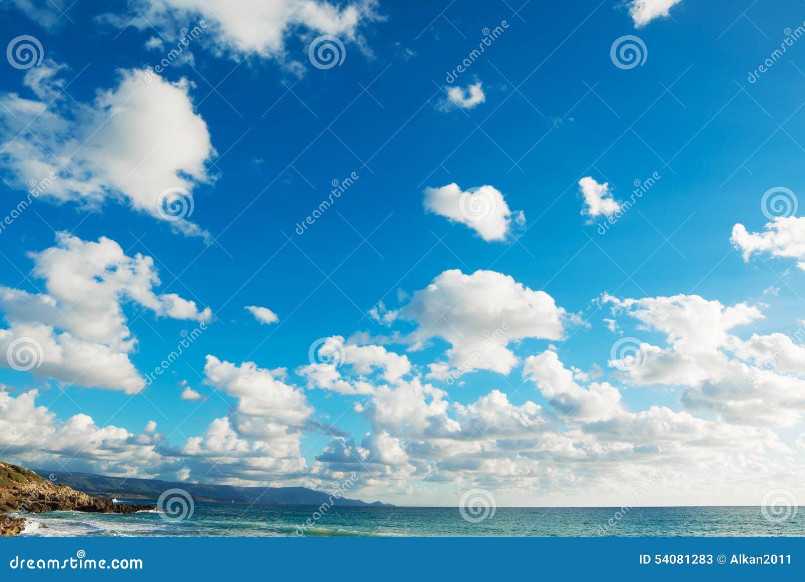 Zachte wolken over de kust