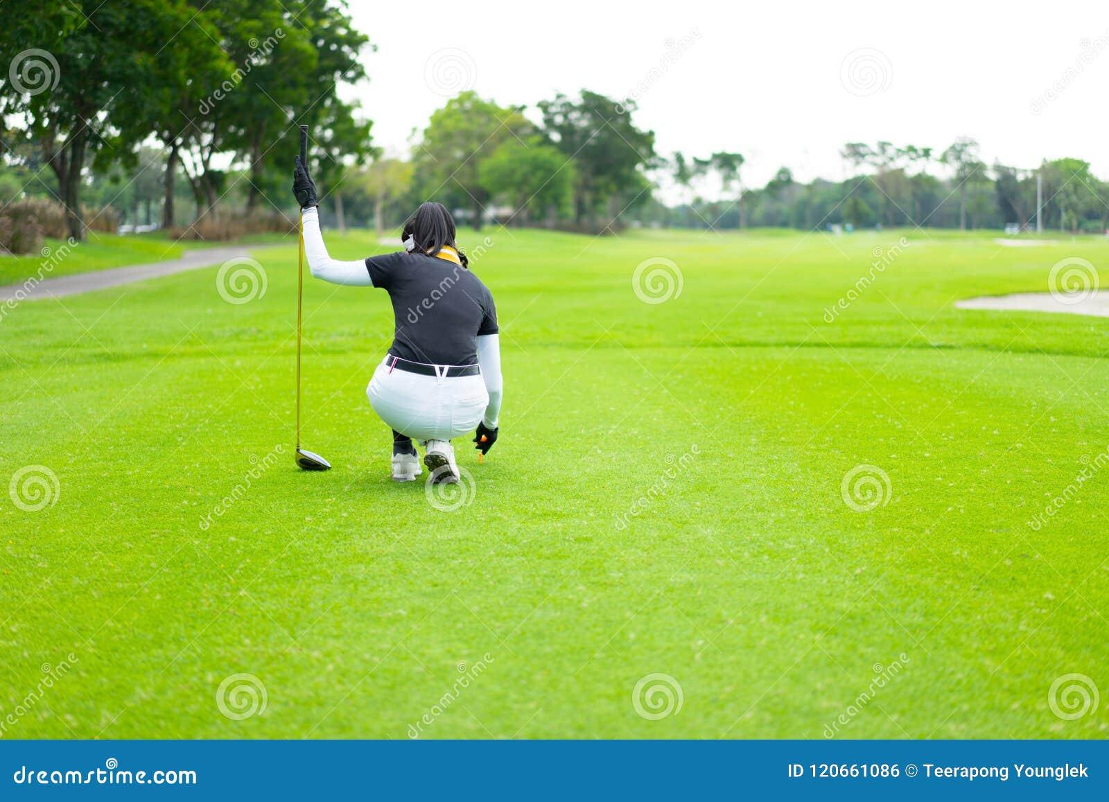 Zaczynać grać w golfa zwycięstwo od kobiecego golfisty