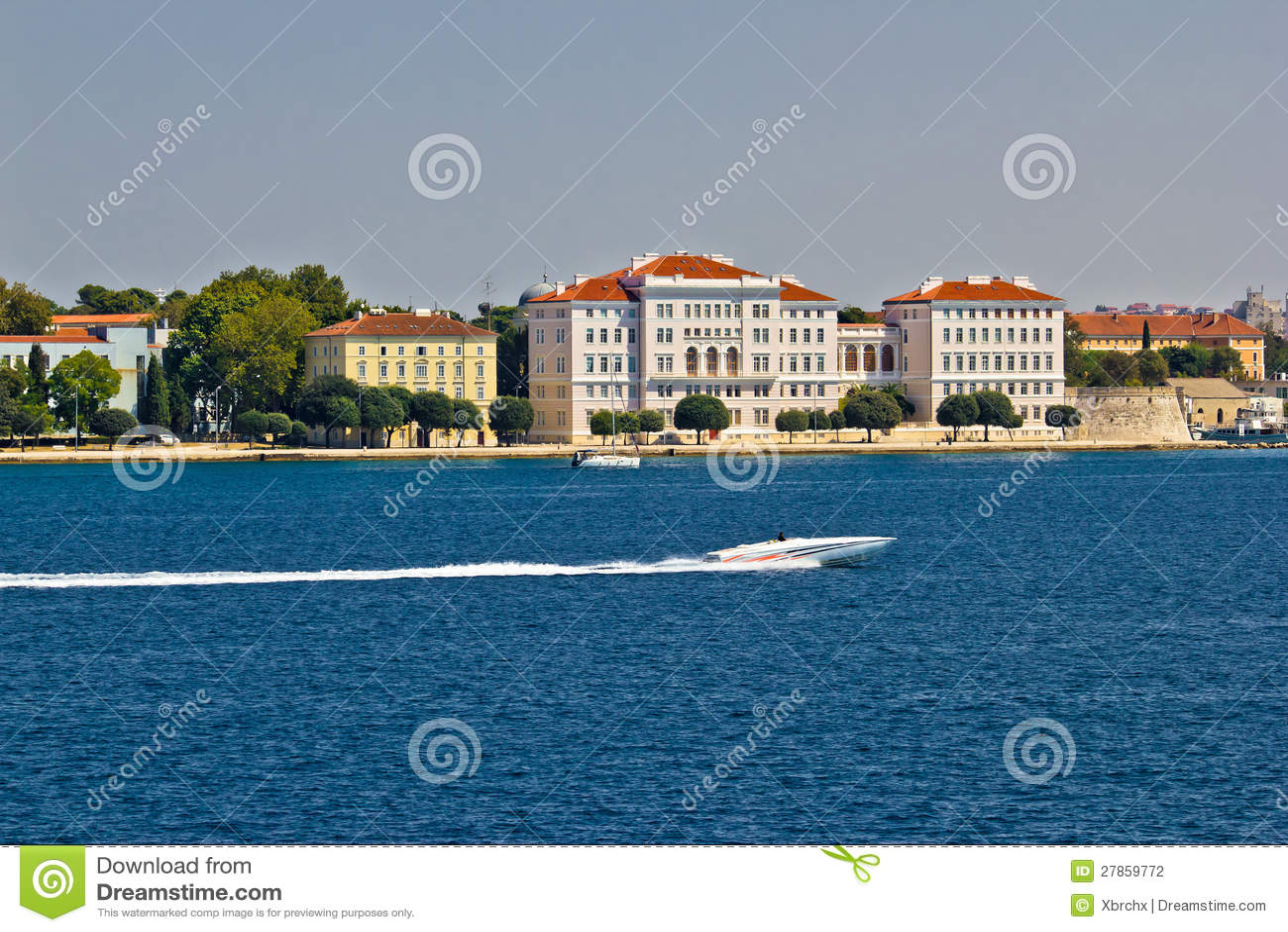 Zadar półwysepa nabrzeże z powerboat