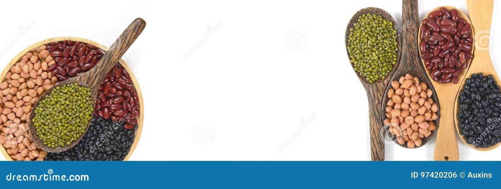 Zaden beansBlack Boon, Rode Boon, Pinda en Mung Boon nuttig voor gezondheid in houten lepels op witte achtergrond voor banner