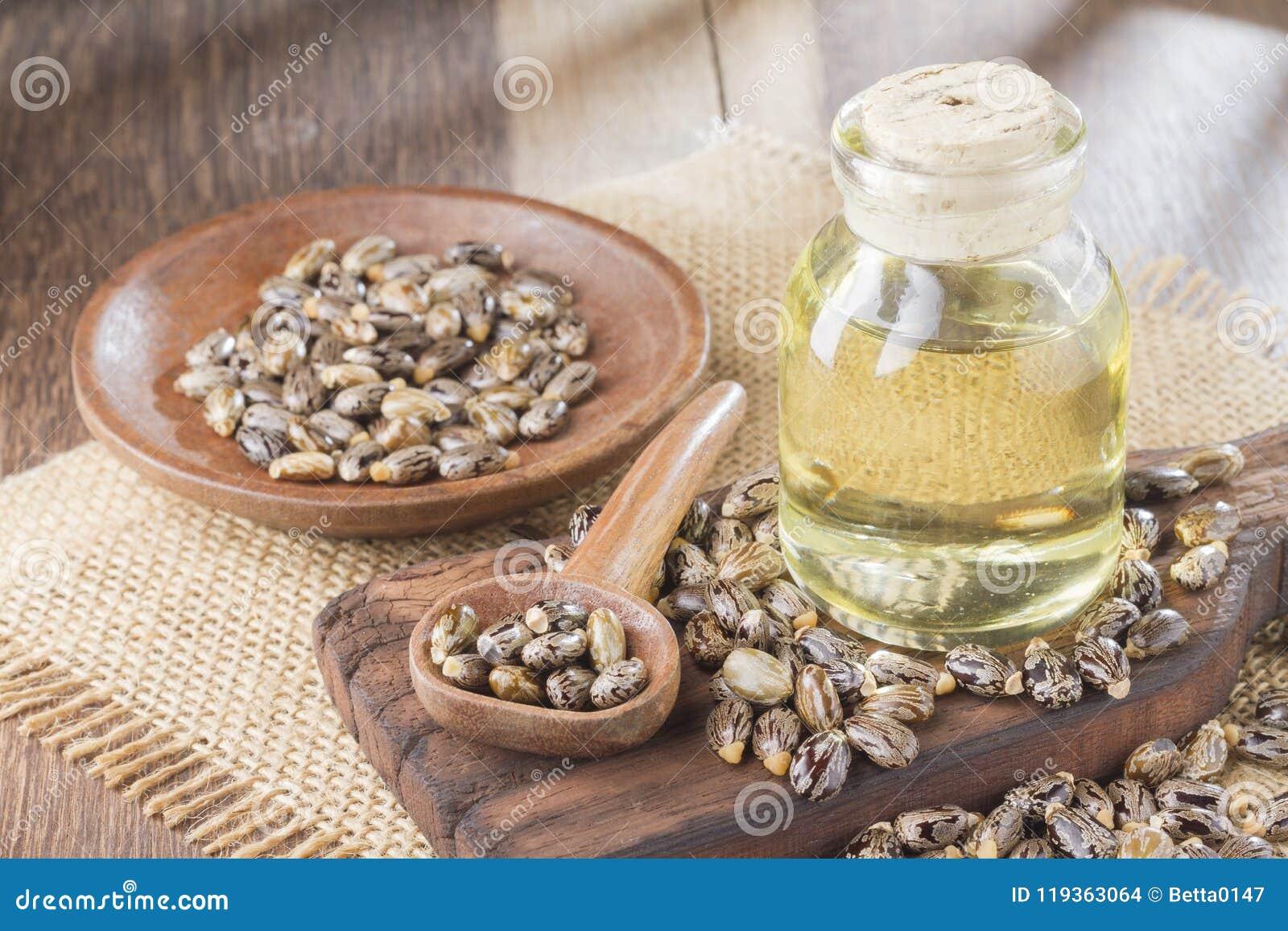 Zaden en castorolie op de houten lijst - communis Ricinus