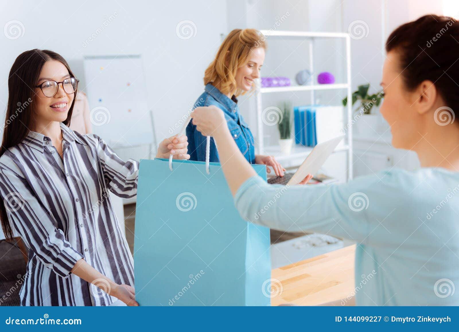 Zadowolony żeński patrzeje młody konsultant