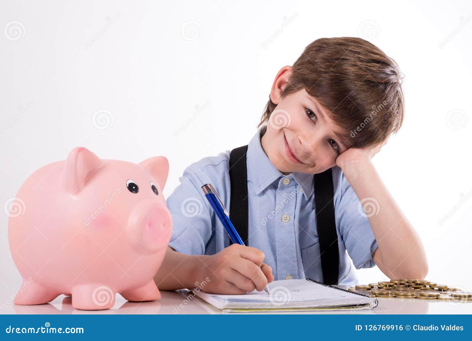 Zadowolony dziecko kalkuluje jego oszczędzania