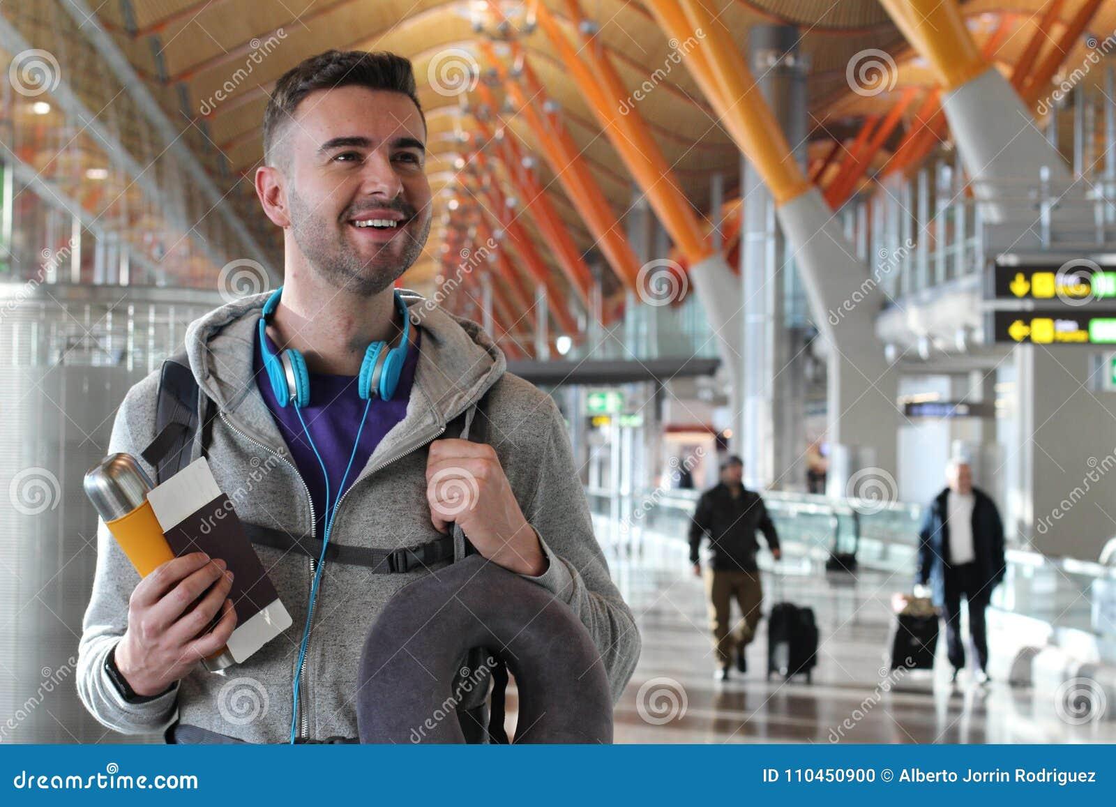 Zadowolony podróżnik uśmiechnięty i patrzeje daleko od