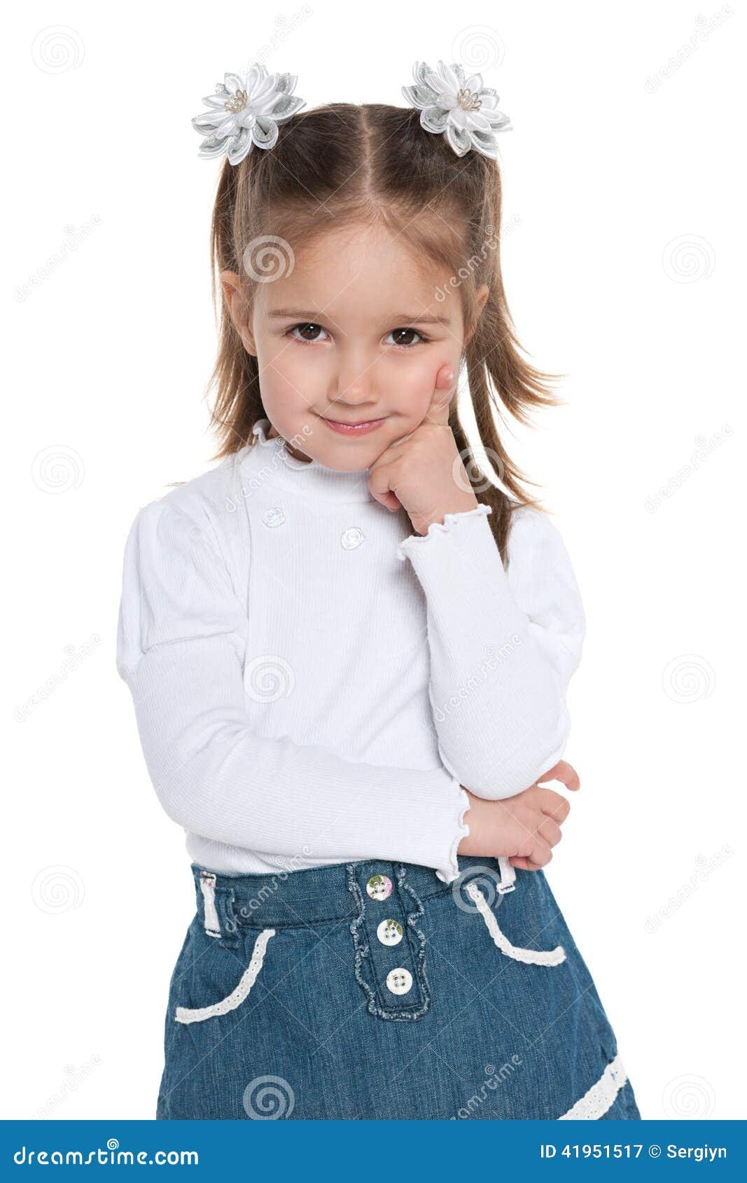 Zadumana ładna preschool dziewczyna