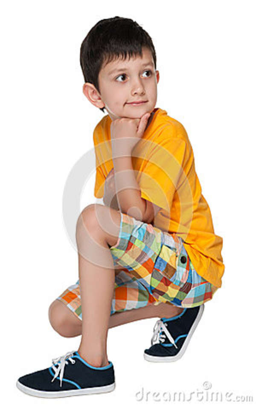 Zadumana chłopiec w żółtej koszula